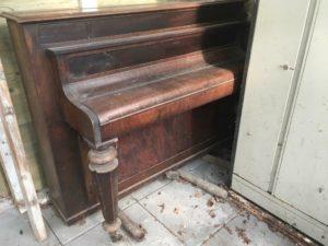 piano in schuur
